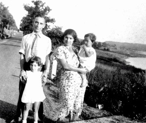 Lazarus and Sopie with their young daughters, ca. 1932. Courtesy of Angelo Kontis.